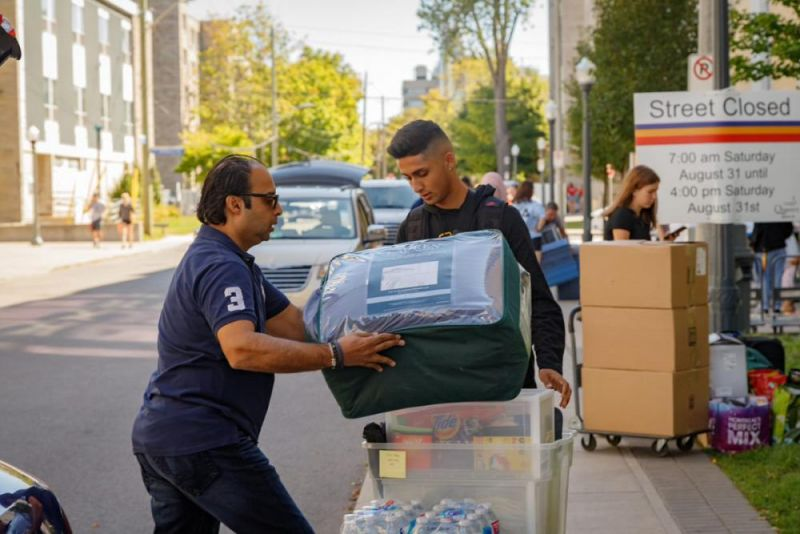 Father helps first year student unload