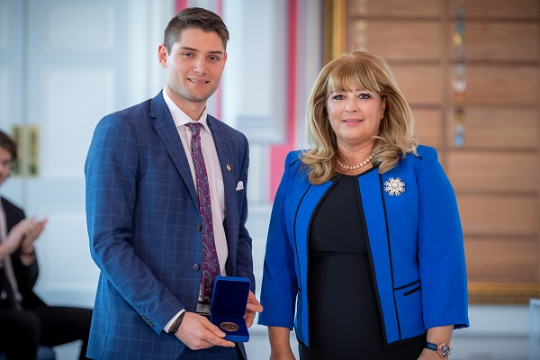 Slater Doggett receives the Governor General's Academic All-Canadian Commendation from Assunta Di Lorenzo, Secretary to the Governor General and Herald Chancellor of Canada.
