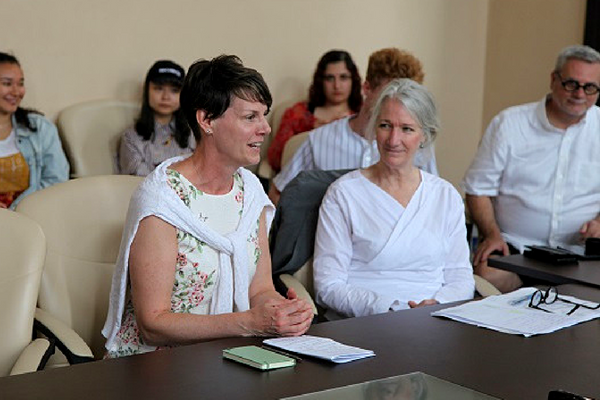 [Kathy O'Brien, Associate Vice-Principal (International), and Barbara Crow, Dean (Faculty of Arts and Science) participate in the awarding of certificates to students in the course. (Photo: Chris Tianyu Yao)]