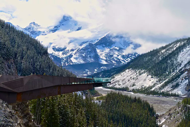The wilderness in Canada's parks is shrinking due to encroaching business. Pictured here: the Glacier Skywalk in Jasper National Park is cantilevered 280 metres over the Sunwapta Valley floor. (Jack Borno/Wikimedia), CC BY-SA