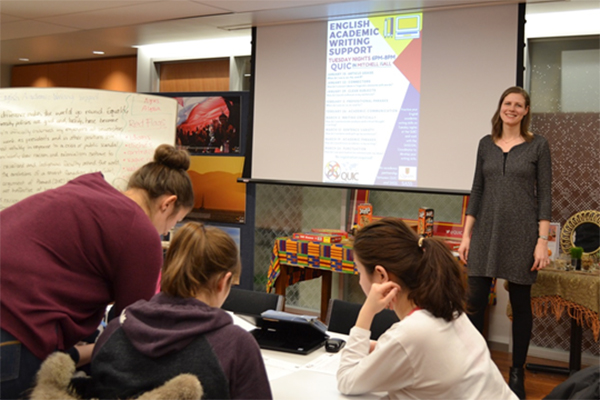 [Intercultural Academic Support Coordinator Agnieszka Herra leads a workshop on English academic writing.]