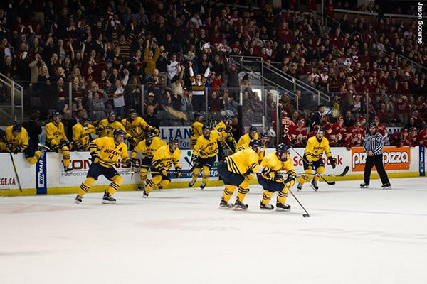 Queen's Gaels men's hockey team celebrate
