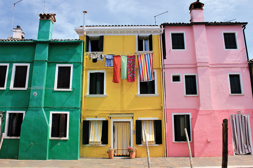[photo of brightly coloured houses with clotheslines in Venice]