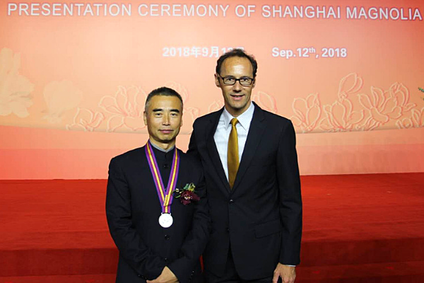[Dr. Zhang poses with Weldon Epp, Consul General, Canadian Consulate General in Shanghai at the Magnolia Awards Ceremony]