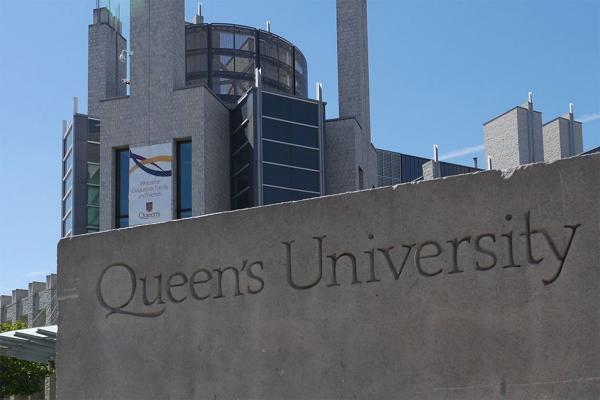 Queen's concrete sign seen in front of Stauffer Library