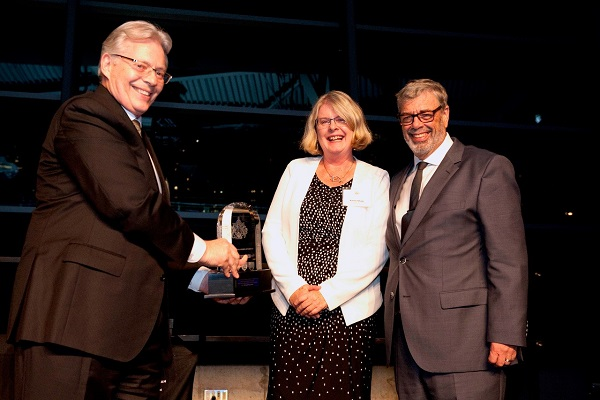 Dr. Ian Bowmer and Dr. Karen Shaw of the Medical Council of Canada present Dr. Richard Reznick with his award.
