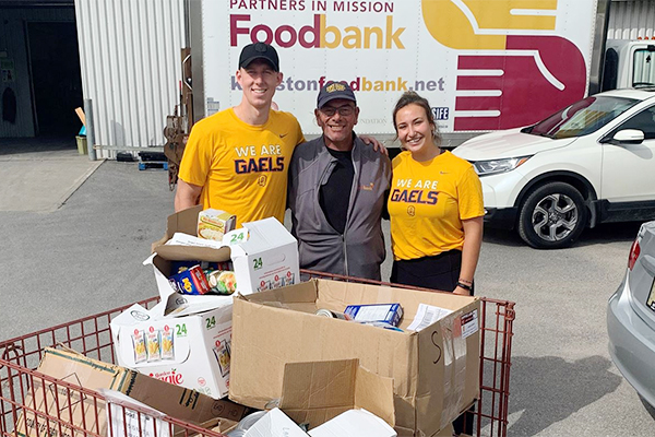 Queen's student-athletes give local food bank a boost