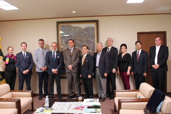 The Queen's delegation, including Principal Daniel Woolf, Vice-Principal (Research) Steven Liss, and Professor Cathleen Crudden met with President Seiichi Matsuo and other representatives from Japan's Nagoya University. (Supplied photo)