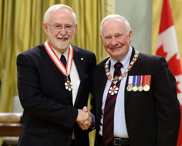 Governor General David Johnston presents the Companion of the Order of Canada insignia to Arthur B. McDonald. (Photo by MCpl Vincent Carbonneau, Rideau Hall, OSGG. © OSGG, 2016.)
