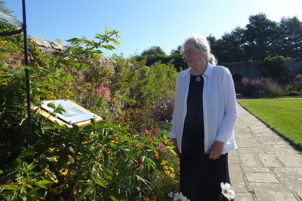 Isabel Bader examines the plaque at the 'Alfred and Isabel Bader Tricolour Garden'
