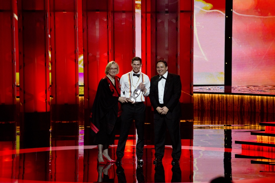 [Thomas Dymond accepts the Indspire Award]