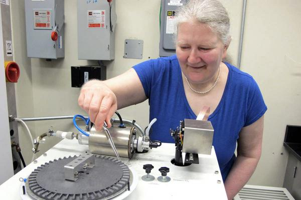 [Dr. Diane Beauchemin demonstrates how she analyzes human hair.]